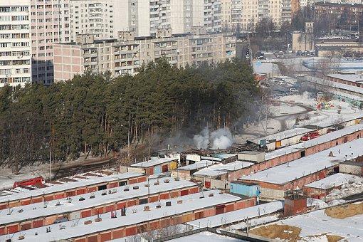 На Жуковском проезде сгорел автосервис рядом с сосновым парком. Видео