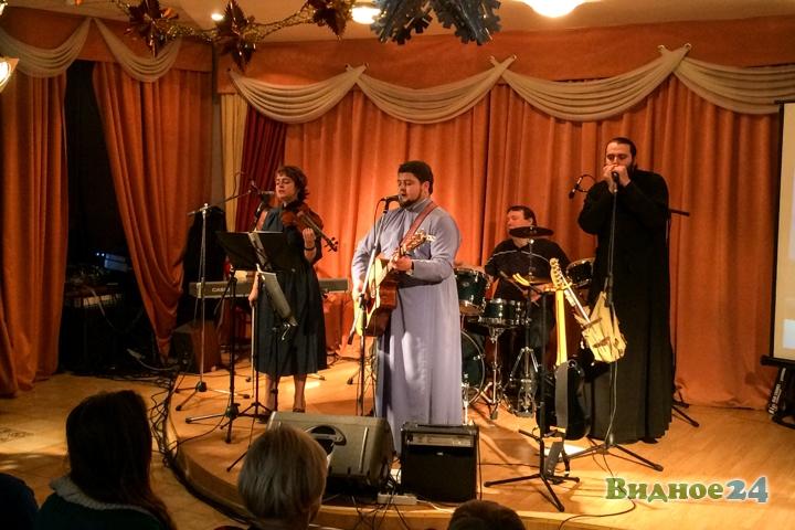 В центральной библиотеке состоялся концерт музыкальной группы Видновского благочиния. Видеозапись фото 4