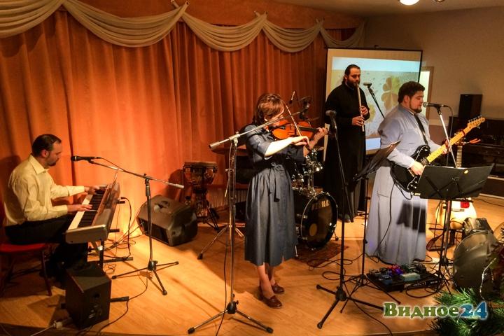 В центральной библиотеке состоялся концерт музыкальной группы Видновского благочиния. Видеозапись фото 8