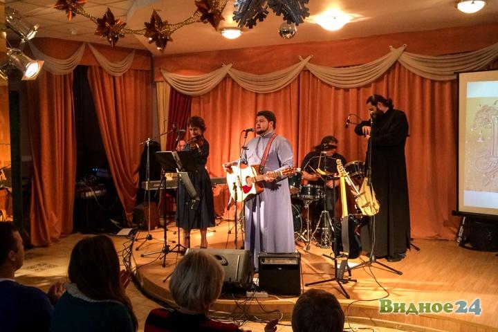 В центральной библиотеке состоялся концерт музыкальной группы Видновского благочиния. Видеозапись фото 3