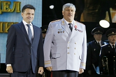 Двух полицейских Ленинского района наградили медалями МВД России «За смелость во имя спасения»