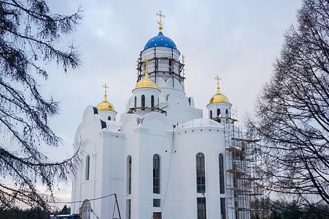 На строящийся храм Первосвятителей Московских в Горках Ленинских установили купола и кресты