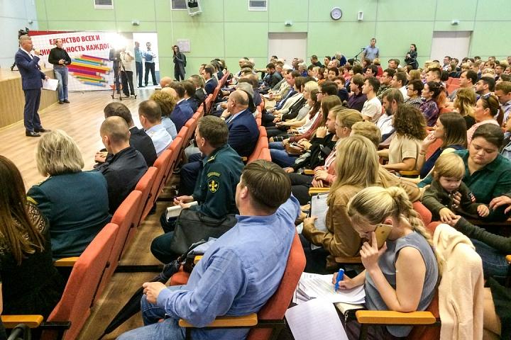 Глава района Олег Хромов встретился с жителями многострадального ЖК «Эко Видное». Видеозапись