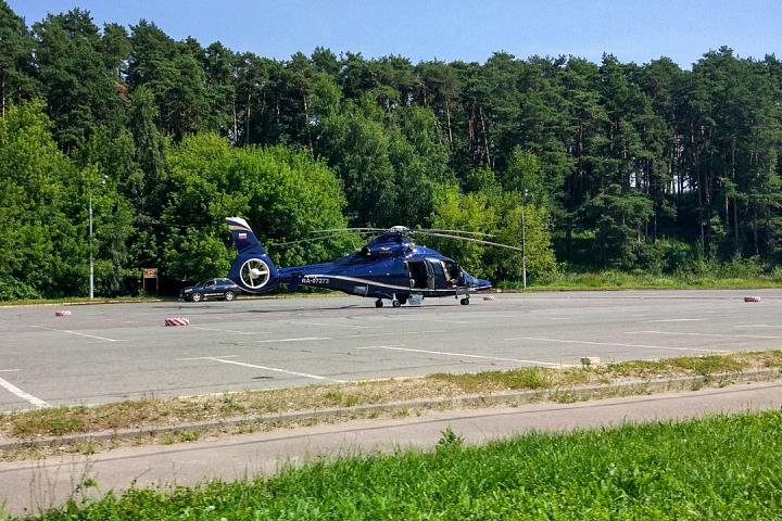 Вертолет губернатора Подмосковья приземлился на парковке Дворца спорта «Видное».  Фото: vk.com/vidnoeoverhear
