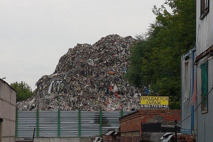 Свалка мусора на Белокаменном шоссе города Видное. Фото: vk.com/vidnoeoverhear