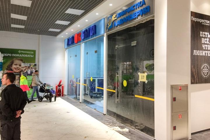 В микрорайоне Купелинка открылся торговый центр с «Перекрестком» и «Четырьмя лапами» фото 11