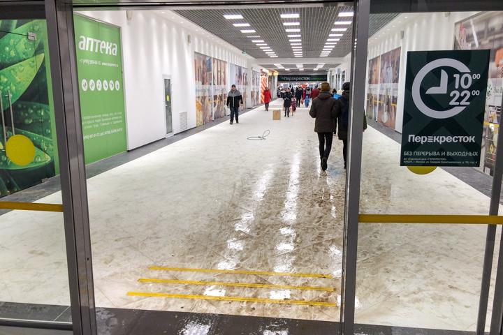 В микрорайоне Купелинка открылся торговый центр с «Перекрестком» и «Четырьмя лапами» фото 4