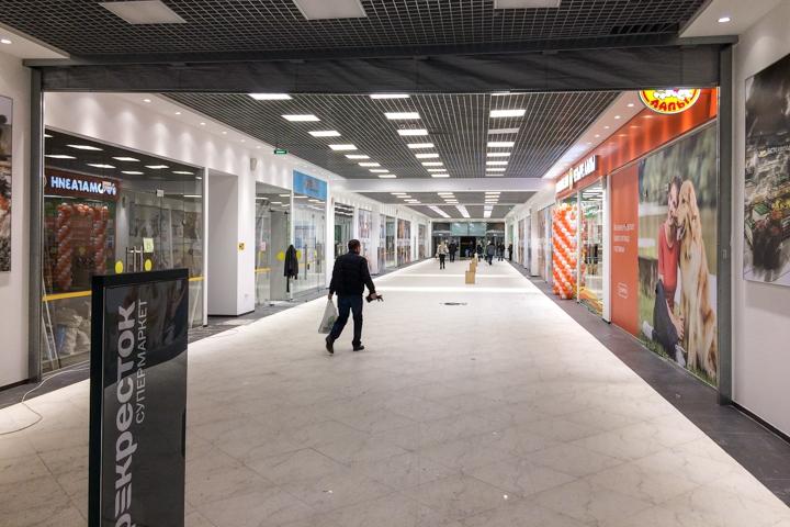 В микрорайоне Купелинка открылся торговый центр с «Перекрестком» и «Четырьмя лапами» фото 14