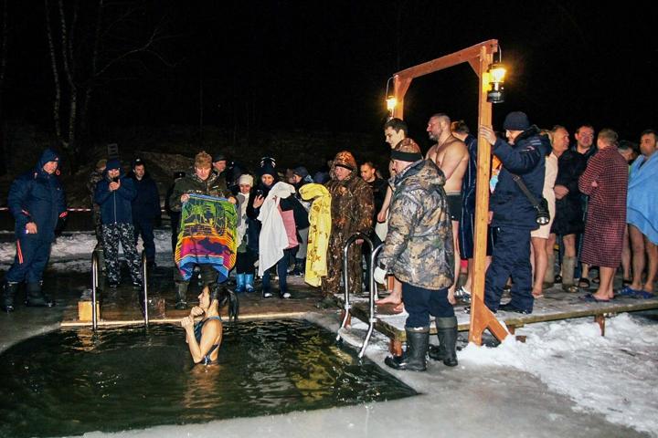 В крещенских купаниях в Ленинском районе приняло участие более 6 тысяч человек. Фоторепортаж фото 22