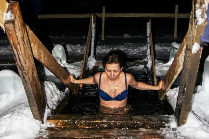 В крещенских купаниях в Ленинском районе приняло участие более 6 тысяч человек. Фоторепортаж фото 31