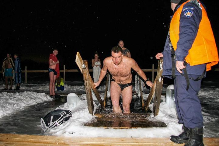 В крещенских купаниях в Ленинском районе приняло участие более 6 тысяч человек. Фоторепортаж фото 29