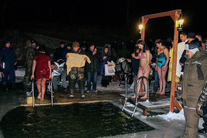 В крещенских купаниях в Ленинском районе приняло участие более 6 тысяч человек. Фоторепортаж фото 17