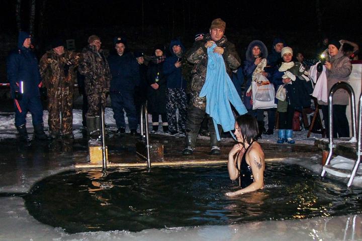 В крещенских купаниях в Ленинском районе приняло участие более 6 тысяч человек. Фоторепортаж фото 20
