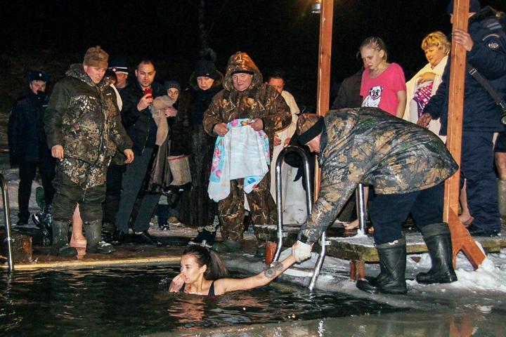 В крещенских купаниях в Ленинском районе приняло участие более 6 тысяч человек. Фоторепортаж фото 24