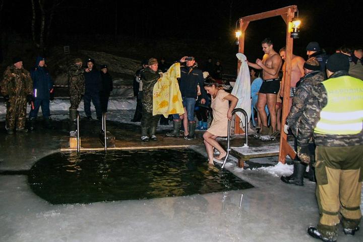 В крещенских купаниях в Ленинском районе приняло участие более 6 тысяч человек. Фоторепортаж фото 19