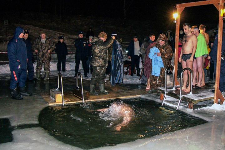 В крещенских купаниях в Ленинском районе приняло участие более 6 тысяч человек. Фоторепортаж фото 26