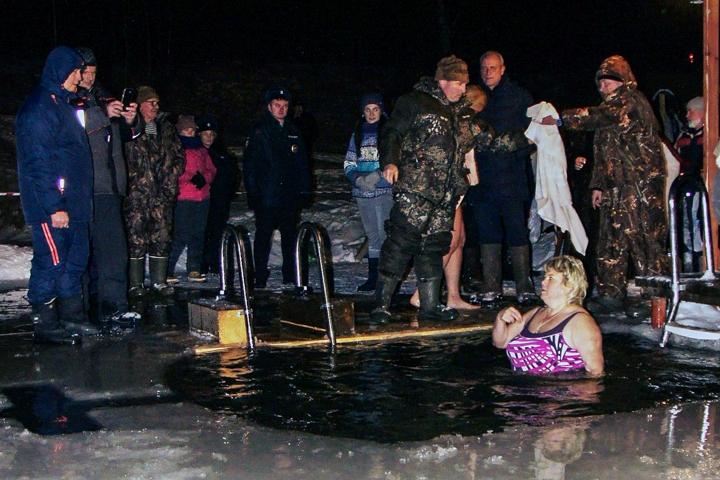 В крещенских купаниях в Ленинском районе приняло участие более 6 тысяч человек. Фоторепортаж фото 25