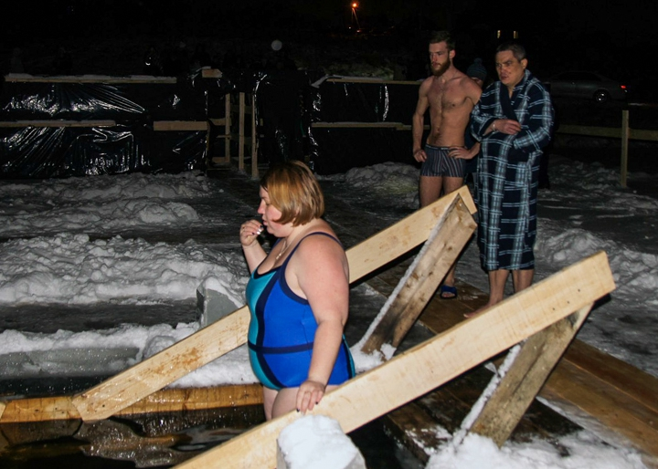 В крещенских купаниях в Ленинском районе приняло участие более 6 тысяч человек. Фоторепортаж фото 37