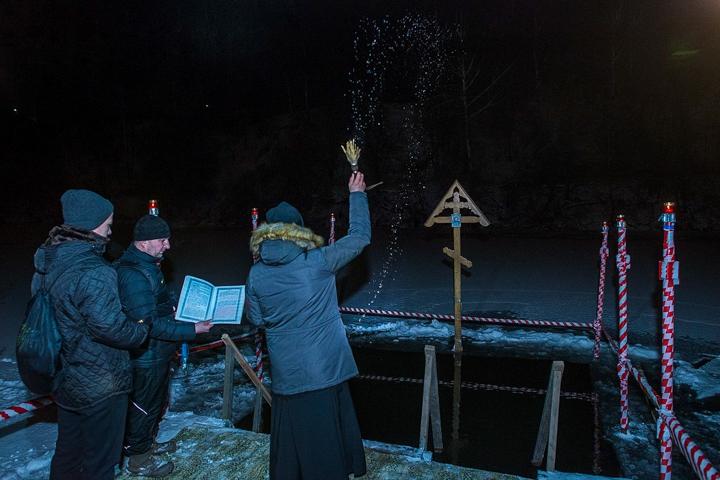 В крещенских купаниях в Ленинском районе приняло участие более 6 тысяч человек. Фоторепортаж фото 4