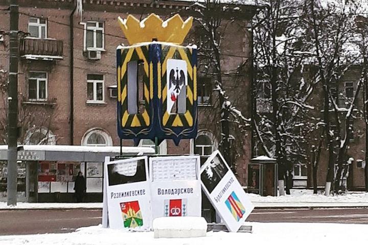 В результате ДТП на Советской площади разрушена конструкция с гербами Ленинского района