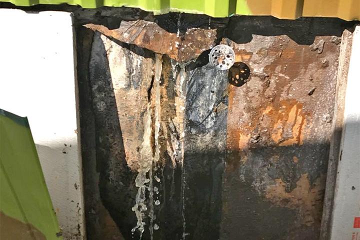 Треснувший и протекающий аэротенк очистных сооружений в микрорайоне Купелинка