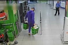 Из магазина «Перекресток» на Березовой улице мужчина похитил две корзины алкоголя на 100 тысяч рублей. Видео