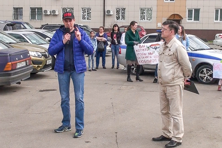 Евгения Егорова и Михаил Серяпов на митинге в Горках Ленинских