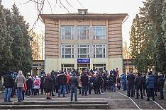 В Горках Ленинских детей после каникул не пустили в их школу. Ее внезапно закрыли на ремонт на несколько лет. Видео