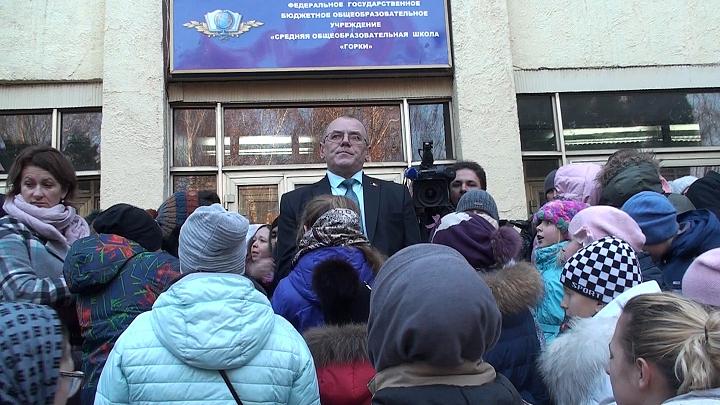 В Горках Ленинских детей после каникул не пустили в их школу. Ее внезапно закрыли на ремонт на несколько лет. Видео фото 5