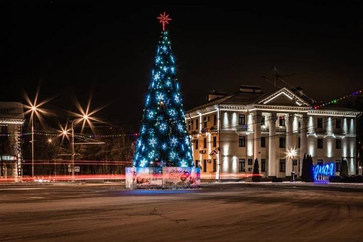 В Видном зажгли новогодние елки. Устанавливают новогодние светящиеся фигуры