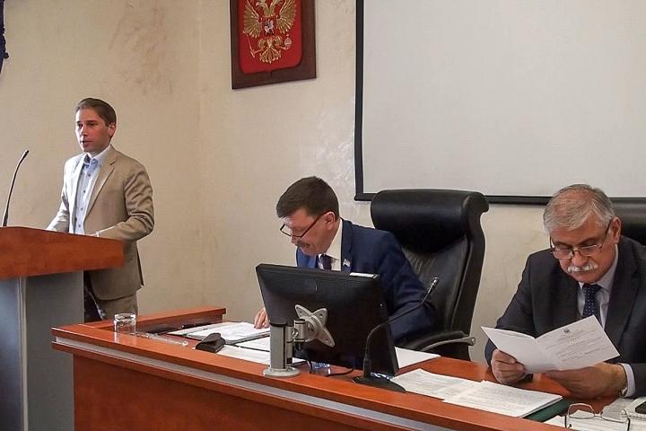 Депутаты не признали работу Моисея Шамаилова удовлетворительной, но подняли ему зарплату на 15%