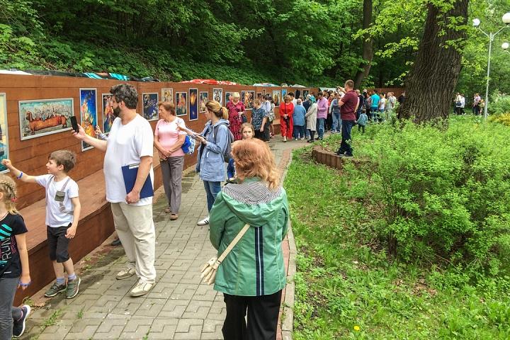 В Тимоховском парке открылась «Галерея под открытым небом» из 54 картин. Фоторепортаж фото 6