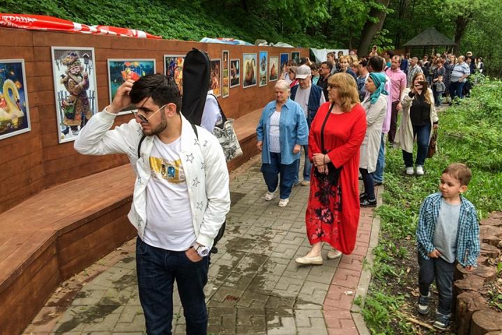 В Тимоховском парке открылась «Галерея под открытым небом» из 54 картин. Фоторепортаж фото 5