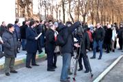 Внеочередное заседание Совета депутатов по застройке «Тимховского оврага» не состоялось. Но к зданию администрации пришло около 70 жителей